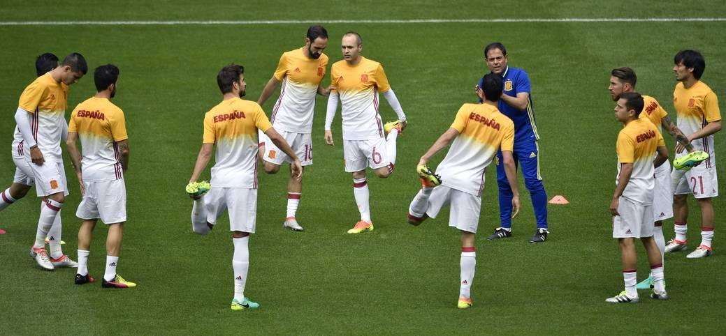 Warmmachen für den letzten Achtelfinal-Tag bei der EM in Frankreich. Die spanische Nationalmannschaft bereitet sich auf die Partie gegen Italien vor