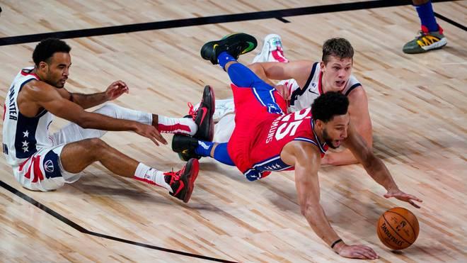 Ben Simmons (vorne) von den Philadelphia 76ers muss operiert werden
