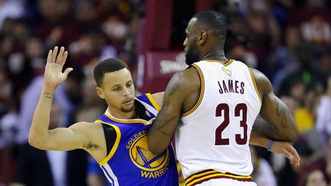 LeBron James (r.) und die Cavs überollten das Team von Steph Curry (l.)