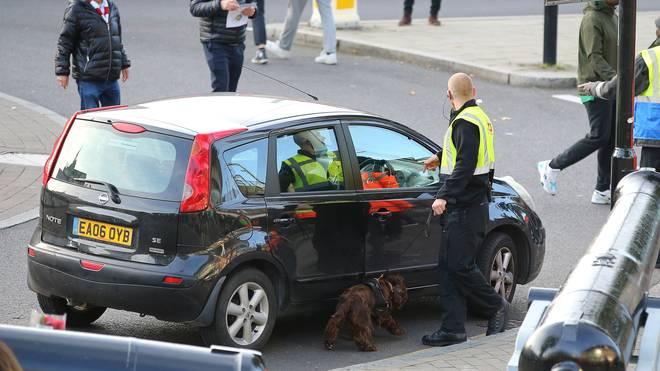 Polizisten durchsuchen ein Auto vor dem Stadion des FC Arsenal
