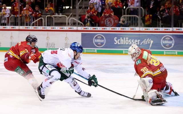 Goalie Mathias Niederberger (r.) verlässt die DEG