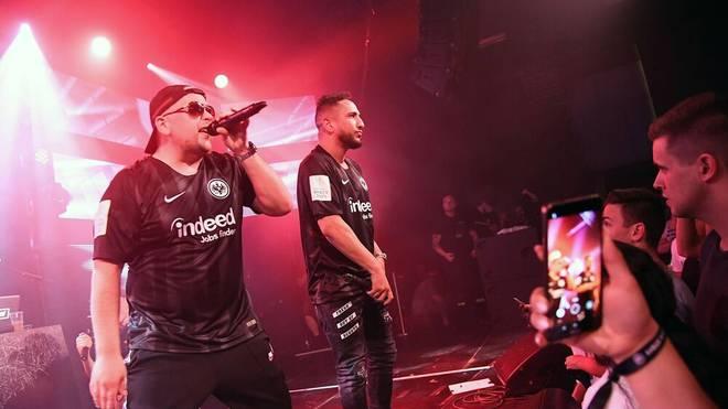 Celo & Abdi performen im Juni 2018 in Frankfurt-Trikots