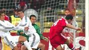 2002 geht es bereits im Viertelfinale gegen Real. Das Hinspiel gewinnt der FC Bayern in München mit 2:1. Geremi bringt die Spanier in Führung, Effenberg und Claudio Pizarro drehen das Spiel