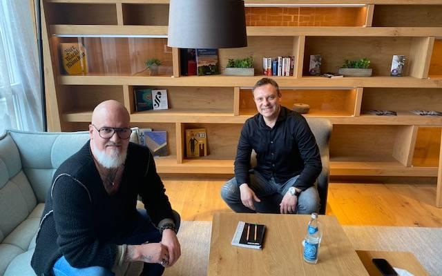 SPORT1-Reporter Reinhard Franke (l.) traf sich in München mit Andre Breitenreiter zum Interview.