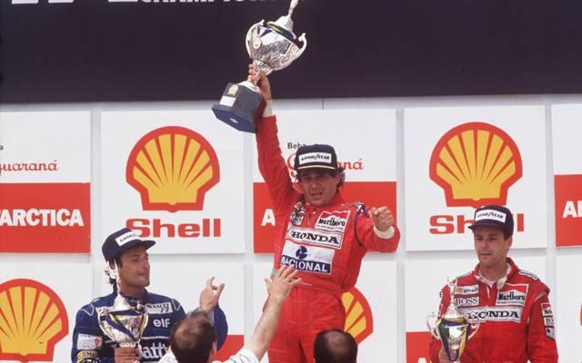 Formel 1: Ayrton Senna gewinnt den Großen Preis von Brasilien vor Riccardo Patrese (l.) und Gerhard Berger (r.)