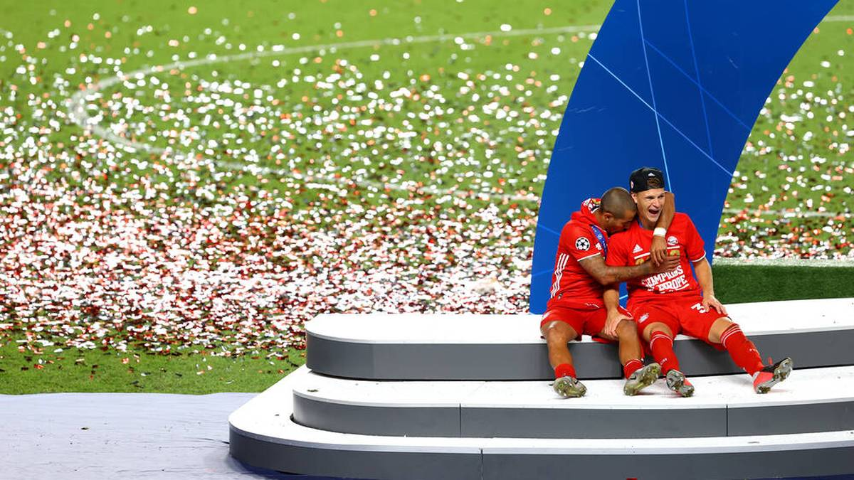 FOOTBALL : Paris Saint Germain vs Bayern Munich - Finale - UEFA Ligue des Champions - 23 08 2020 LISBON, PORTUGAL - AUGUST 23: Thiago Alcantara and Joshua Kimmich of FC Bayern Munich sit on the Winners Podium following their sides victory in the UEFA Champions League Final match between Paris Saint-Germain and Bayern Munich at Estadio do Lisboa e Benfica on August 23, 2020 in Lisbon, Portugal. Lisbonne Portugal *** FOOTBALL Paris Saint Germain vs Bayern Munich Final UEFA Champions League 23 08 2020 LISBON, PORTUGAL AUGUST 23 Thiago Alcantara and Joshua Kimmich of FC Bayern Munich sit on the Winners Podium following their sides victory in the UEFA Champions League Final match between Paris Saint Germain and Bayern Munich at Estadio do Sport Lisboa e Benfica on August 23, 2020 in Lisbon, Portugal Lisbonne Portugal Poolfoto Panoramic POOL UEFA ,EDITORIAL USE ONLY
