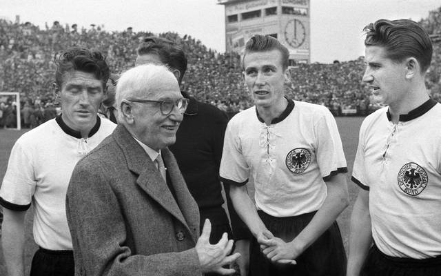 Helmut Rahn (r.) schoss Deutschland 1954 zum Titel