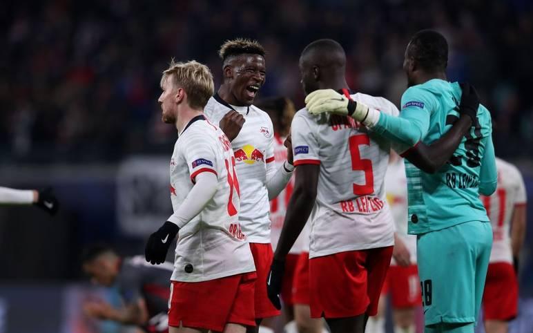 RB Leipzig hat dank Emil Forsbergs Doppelpack erstmals in seiner Klubgeschichte das Achtelfinale der Champions League erreicht. Die Sachsen erkämpften im vorletzten Gruppenspiel zu Hause gegen Benfica Lissabon ein 2:2 - das reichte zum Weiterkommen