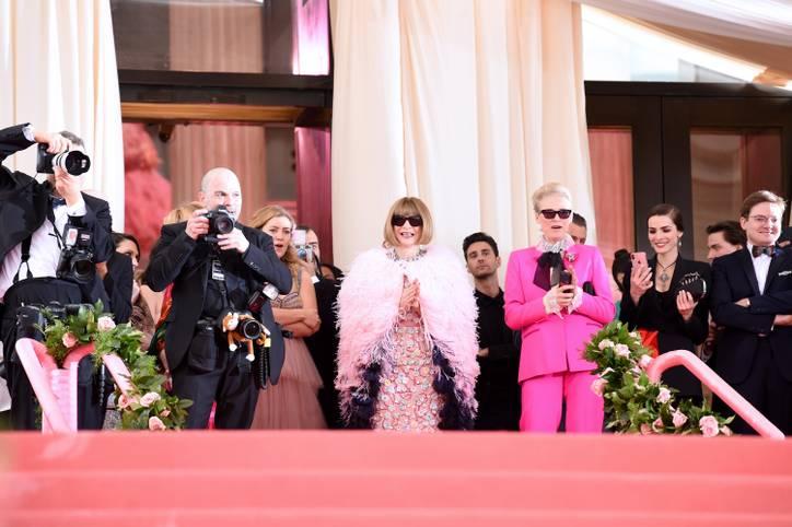 """Seit 1995 versammelt Anna Wintour (mitte), Chefredakteurin der US-amerikanischen Vogue, am """"First Monday in May"""" alle großen Namen aus der Modewelt und dem Showbusiness zur Met Gala in New York. Bei dem Modefest handelt es sich um eine Benefizveranstaltung für das """"Costume Institute"""" des Metropolitan Museum of Art"""