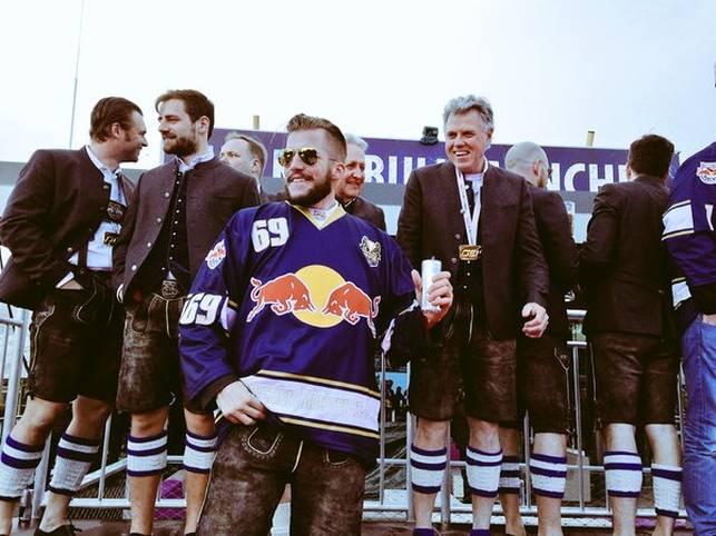 Standesgemäß in Lederhosen feiern die Spieler des EHC Red Bull München die Eishockey-Meisterschaft. SPORT1 zeigt die Bilder der Meisterparty