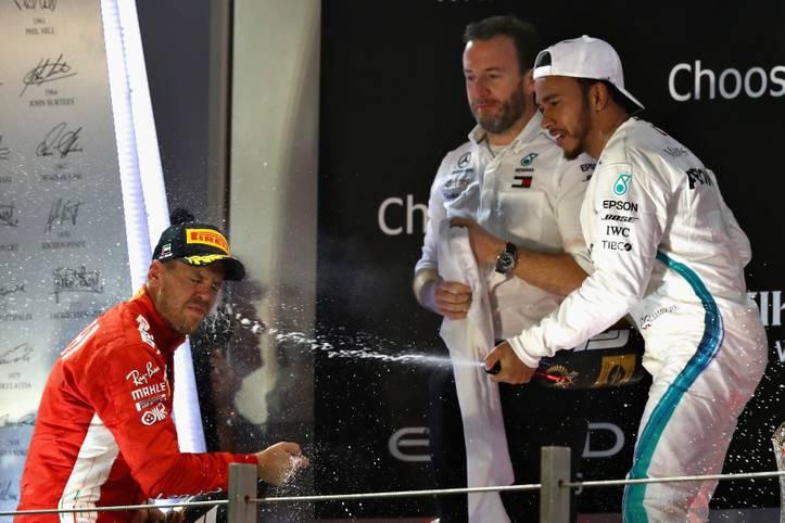 Lewis Hamilton triumphiert beim Großen Preis von Abu Dhabi, feiert seinen elften Sieg in diesem Jahr und knackt damit die Rekordmarke von Sebastian Vettel für die meisten WM-Punkte in einer Saison