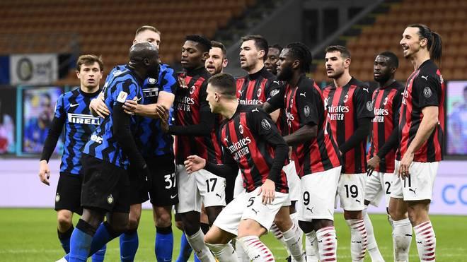 Zwischen Milans Zlatan Ibrahimovic (ganz rechts) und Romelu Lukaku von Inter Mailand flogen mächtig die Fetzen