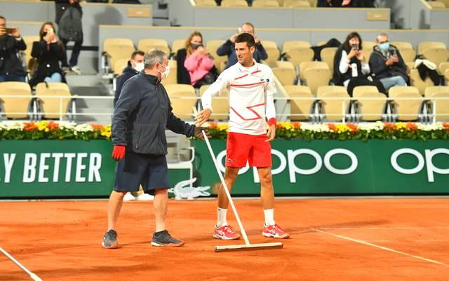 Novak Djokovic halt bei den Korrekturarbeiten mit - zuvor hatte er großen Sportsgeist bewiesen