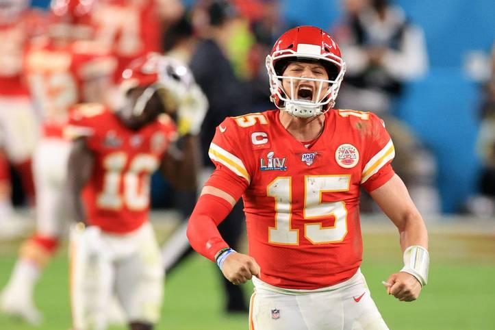 Quarterback Patrick Mahomes gewinnt mit den Kansas City Chiefs den Super Bowl LIV in Miami und wird anschließend auch als MVP des Spiels ausgezeichnet