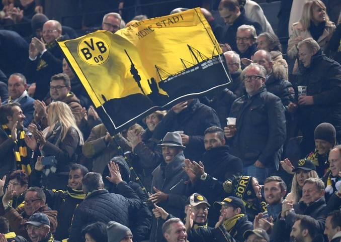 Na, erkennen Sie den Herrn mit Hut unterhalb der Dortmunder Fahne?
