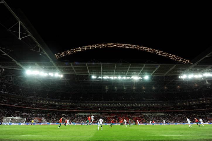 Bei der EM 2020 wird alles ganz anders: Die Spiele finden nicht in einem einzigen Land, sondern in zahlreichen Städten Europas statt. Da kann man schnell den Überblick verlieren: Wo wird überhaupt gespielt? Wo steigt das Eröffnungsspiel, wo das Finale?