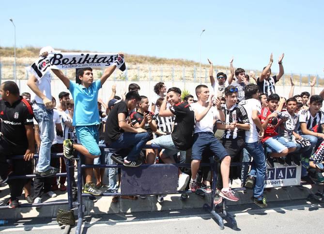 Riesige Fan-Auflauf in Istanbul! Zahlreiche Besiktas-Fans sind gekommen, um Neuzugang Mario Gomez zu begrüßen