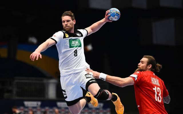 Die deutschen Handballer (l.: Tobias Reichmann) starten gegen Schweden in die Olympia-Qualifikation