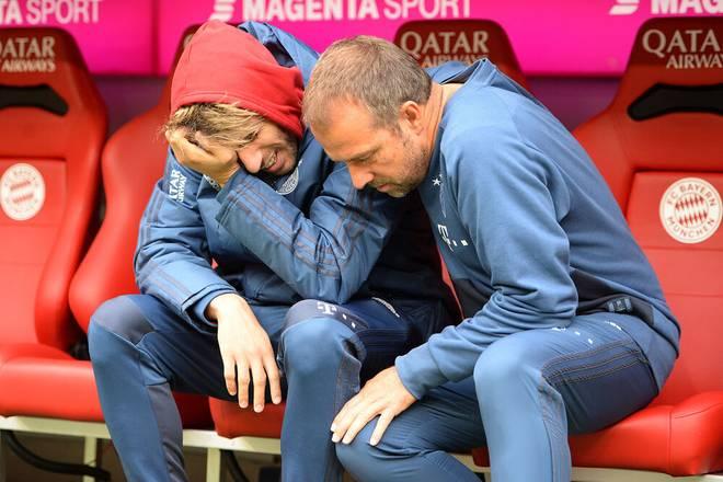 Bei Javi Martínez (l.) flossen am 5. Oktober 2019 die Tränen, Co-Trainer Hansi Flick musste trösten