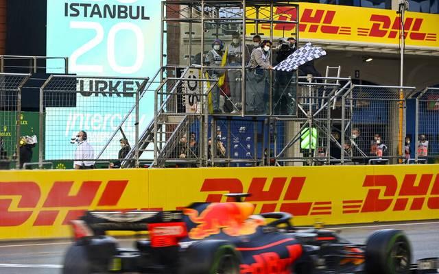 Formel 1 Flaggen: Die Schwarz-weiß karierte Flagge, die das Rennende signalisieren.