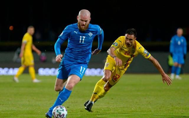 Islands Mittelfeldspieler Aron Gunnarsson (l.) im Playoff-Halbfinale gegen Rumänien
