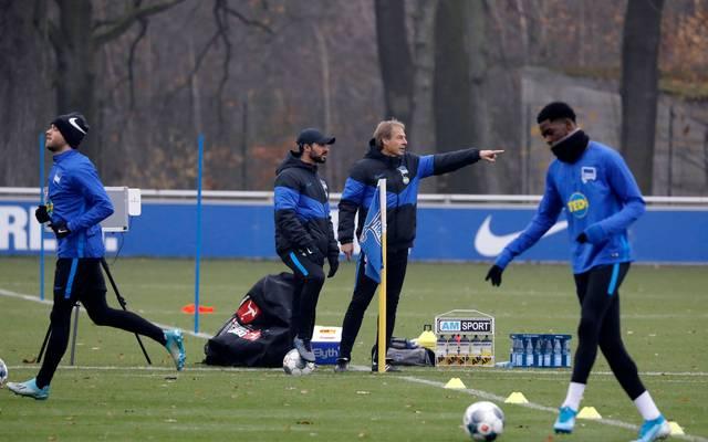 Jürgen Klinsmann (2.v.r.) und Alexander Nouri (3.v.r.) hatten unerwarteten Besuch im Training