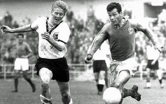 """Das erste Aufeinandertreffen in einem Pflichtspiel gibt es bei der Weltmeisterschaft 1958. Die Franzosen um ihren Ausnahmestürmer Just Fontaine (r.) gewinnen das """"kleine Finale"""" um Platz drei mit 6:3. Fontaine schiesst vier seiner insgesamt 13 Tore gegen"""