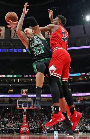 Die Chicago Bulls gehen in der NBA in eigener Halle gegen die Boston Celtics mit 77:133 unter. 56 Punkte Differenz! Das bedeutet für die Celtics um Daniel Theis (l.) den höchsten Sieg und für die Bulls die deutlichste Niederlage der Franchise-Geschichte. Zudem gehört die Partie zu heftigsten Abreibungen der Liga-Historie