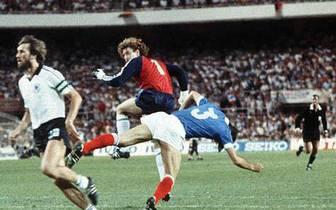 """24 Jahre später kommt es bei der WM in Spanien erneut zum Duell. Das Spiel geht als """"Thriller von Sevilla""""  in die WM-Geschichte ein. Toni Schumachers brutales Foul an Patrick Battiston sorgt bei den Franzosen für Empörung. Schumacher stürmt aus dem Tor u"""