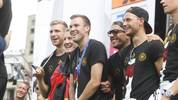 Per Mertesacker, Bastian Schweinsteiger, Kevin Großkreutz, Lukas Podolski und Benedikt Höwedes, die deutsche Nationalmannschaft feiert den WM Sieg auf der Fanmeile vor dem Brandenburger Tor am 15.07.2014 in Berlin. Deutsche Nationalmannschaft feiert WM Sieg in Berlin