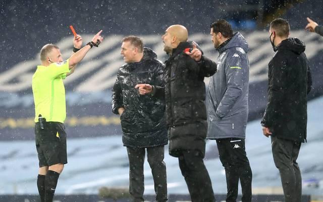 Schiedsrichter Jonathan Moss zeigt Dean Smith von Aston Villa die Rote Karte