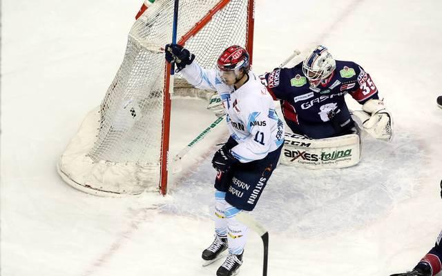 Louis-Marc Aubry (l.) schwimmt mit dem ERC Ingolstadt in der PENNY DEL auf der Erfolgswelle in den Playoffs gegen die Eisbären Berlin