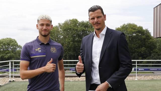 Antoine Colassin (l.) wird von Ex-Bayer Daniel Van Buyten betreut