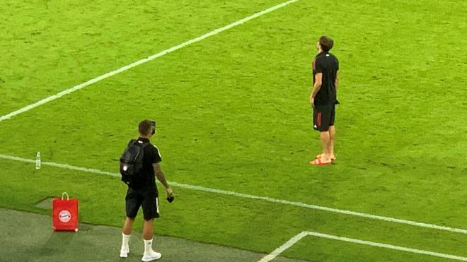 Lucas Hernández (u.) knipst Bilder von Jivi Martínez in der leeren Münchner Arena