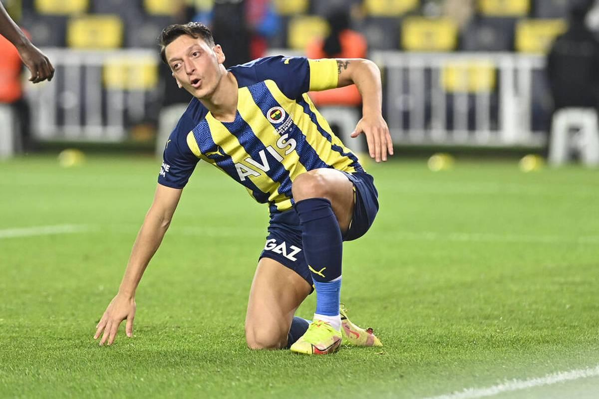Mesut Özil wird in der Europa League ausgewechselt - der Superstar von Fenerbahce baut anschließend Frust ab. Zudem gibt es wilde Gerüchte um seine Zukunft.