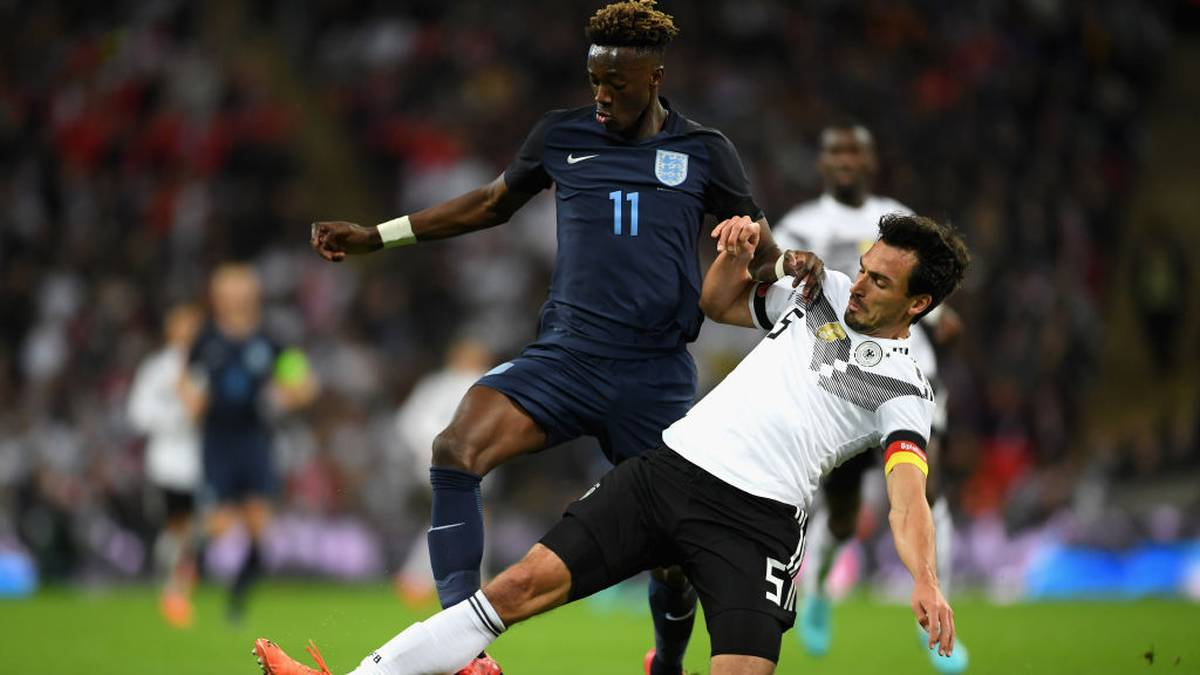 LONDON, ENGLAND - NOVEMBER 10: Mats Hummels of Germany and Tammy Abraham of England battle for possession during the International friendly match between England and Germany at Wembley Stadium on November 10, 2017 in London, England.  (Photo by Laurence Griffiths/Getty Images)