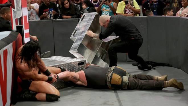 Braun Strowman wurde bei WWE RAW von Drew McIntyre (l.) und Braun Strowman attackiert