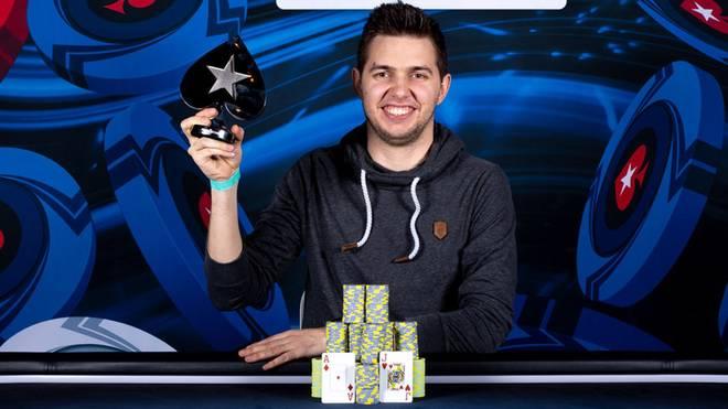 Matthias Eibinger kann sich über die Trophäe freuen - und das Preisgeld von 844.080 Euro
