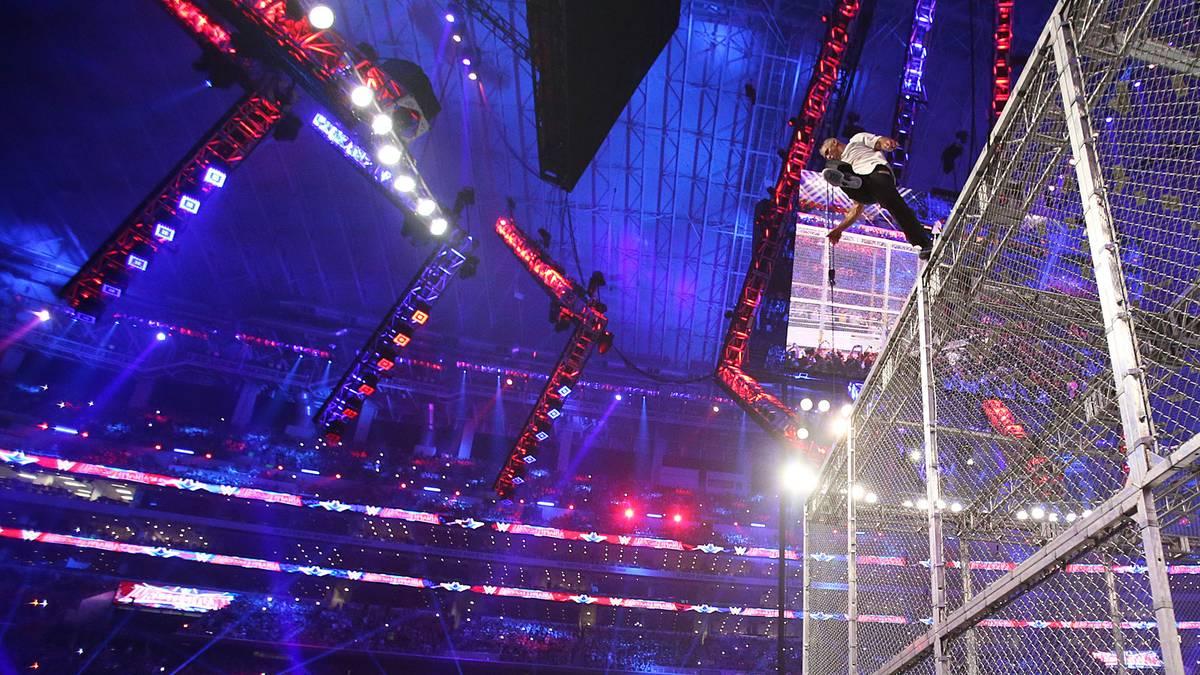 Shane McMahon sprang 2016 in seinem WrestleMania-Match vom Hell-in-a-Cell-Käfig