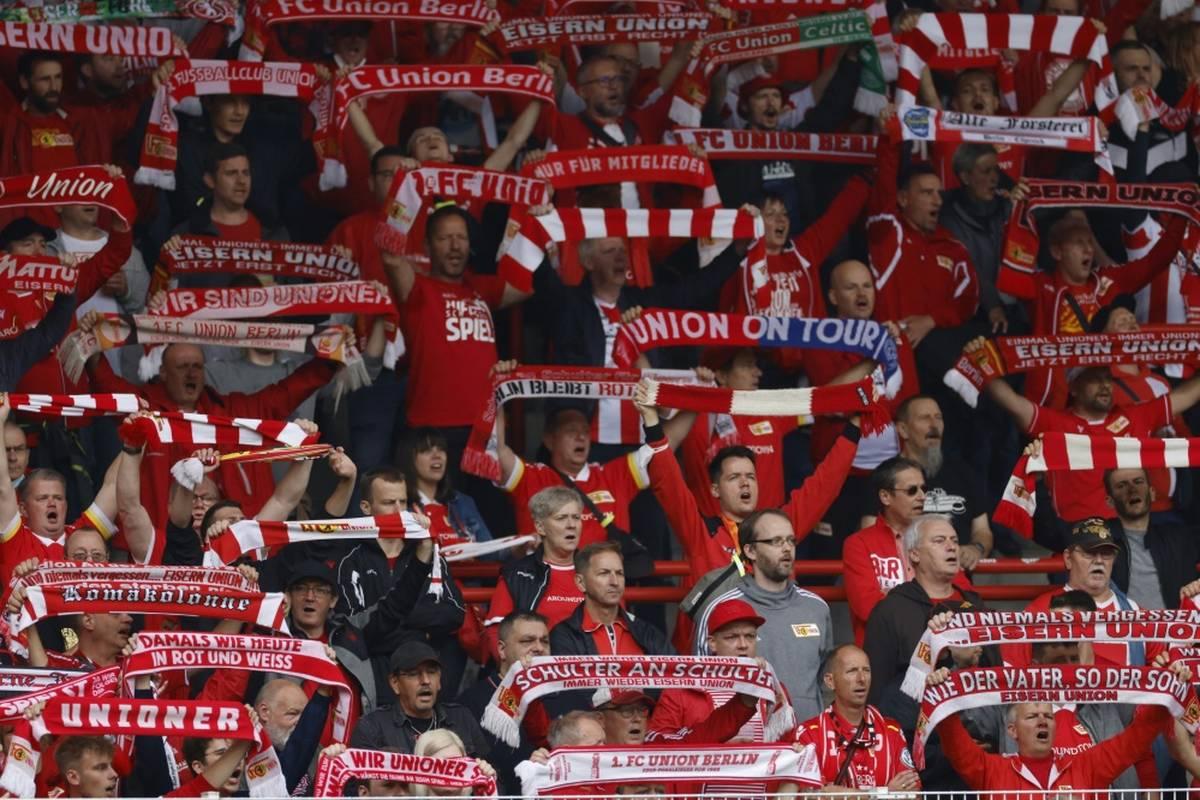 Mehrere Fans des Fußball-Bundesligisten Union Berlin sind am Einlass des Stadions von Feyenoord Rotterdam am Donnerstagabend verletzt worden.