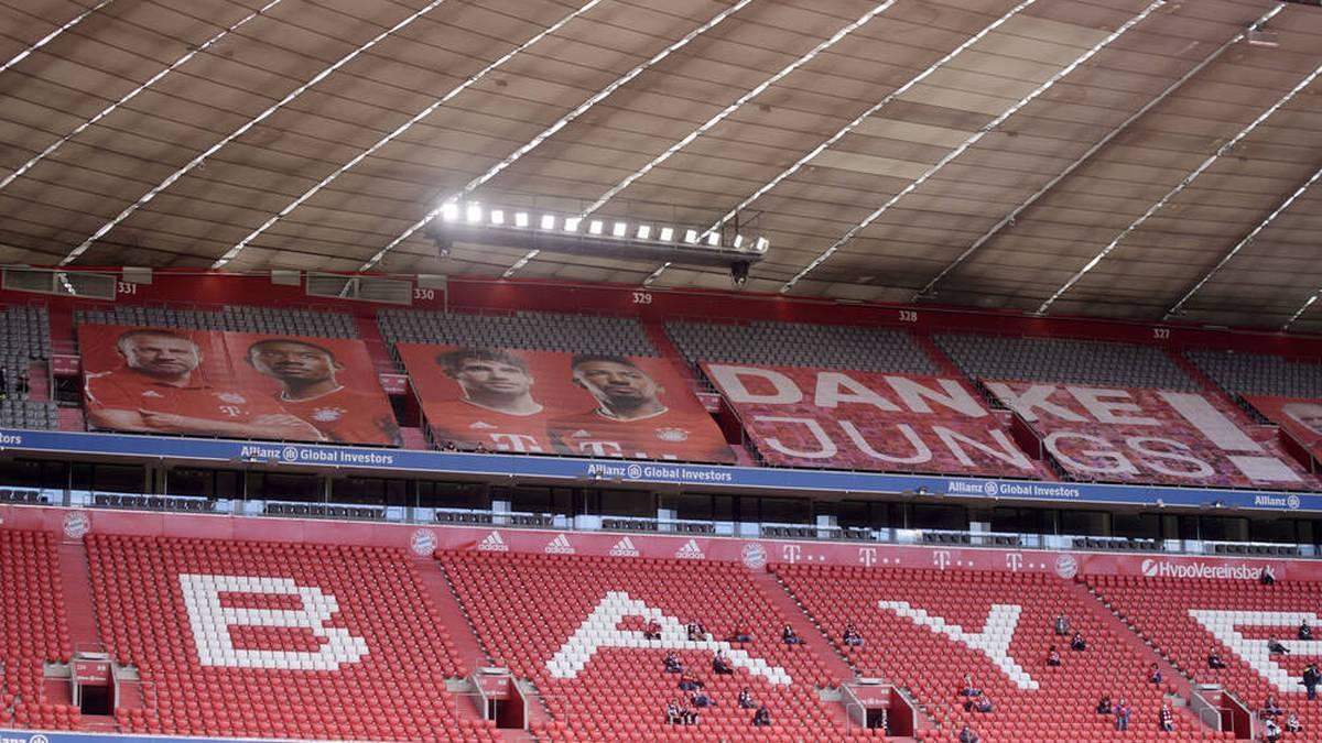 22.05.2021, Fussball 1. Bundesliga: FC Bayern - FC Augsburg 22.05.2021, Fussball 1. Bundesliga 2020 2021, 34. Spieltag, FC Bayern München - FC Augsburg, in der Allianz-Arena München. 250 Zuschauer dürfen heute ins Stadion und verteilen sich weitläufig auf der Mittel-Tribüne. Oben v.li: Trainer Hans-Dieter Flick (FC Bayern München), David Alaba (FC Bayern München), Javi Martinez (FC Bayern München) Jerome Boateng (FC Bayern München) die verabschiedet werden. Foto: Bernd Feil M.i.S Pool Nur für journalistische Zwecke! Only for editorial use! Gemäß den Vorgaben der DFL Deutsche Fußball Liga ist es untersagt, in dem Stadion und oder vom Spiel angefertigte Fotoaufnahmen in Form von Sequenzbildern und oder videoähnlichen Fotostrecken zu verwerten bzw. verwerten zu lassen. DFL regulations prohibit any use of photographs as image sequences and or quasi-video. National and international NewsAgencies OUT. München Bayern Deutschland *** 22 05 2021, Fussball 1 Bundesliga FC Bayern FC Augsburg 22 05 2021, Fussball 1 Bundesliga 2020 2021, 34 Spieltag, FC Bayern München FC Augsburg, at Allianz Arena Munich 250 spectators are allowed into the stadium today and are spread widely across the central stand Top from left Coach Hans Dieter Flick FC Bayern München , David Alaba FC Bayern München , Javi Martinez FC Bayern München Jerome Boateng FC Bayern München who will be seen off Photo Bernd Feil M i S Pool Only for journalistic use Only for editorial use According to the regulations of the DFL Deutsche Fußball Liga, it is prohibited to exploit or have exploited photographs taken in the stadium and or from the game in the form of sequence images and or video-like photo series DFL regulations prohibit any use of photographs as image sequences and or quasi video National and international NewsAgencies OUT Munich Bayern Germany Poolfoto ,EDITORIAL USE ONLY