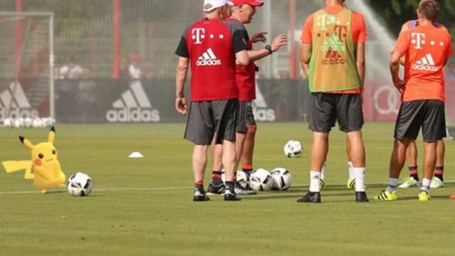 Szene im Bayern-Training: Ancelotti erklärt, Pikachu (l.) macht Faxen