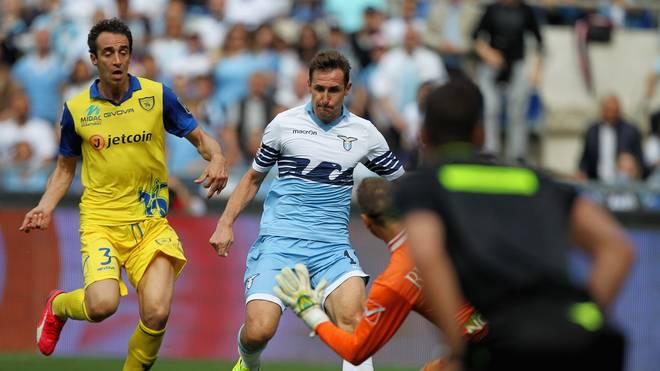 Miroslav Klose (M.) erzielt gegen Chievo Verona sein elftes Saisontor