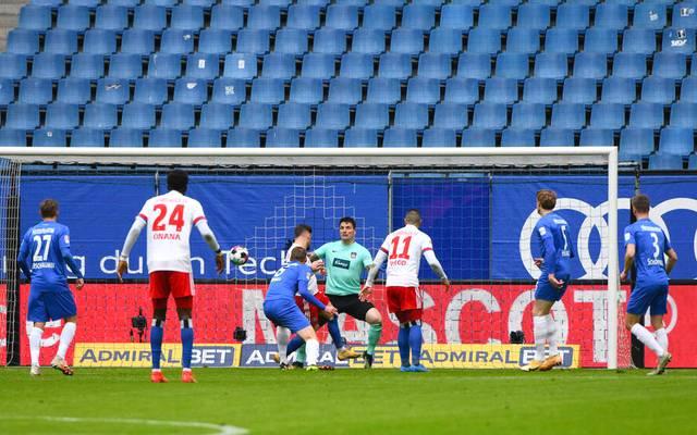Tim Leibold trifft hier für den Hamburger SV zum 1:0 gegen Heidenheim