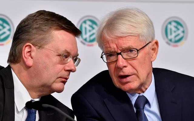 Liga-Präsident Reinhard Rauball (r.) im Gespräch mit dem künftigen DFB-Chef Reinhard Grindel (l.)