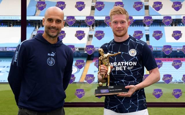Kevin de Bruyne (r.) gewann zuletzt den Playmaker Award der Premier League - da lächelt auch City-Coach Pep Guardiola