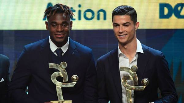 """Atalanta's Colombian forward Duvan Zapata (L) and Juventus' Portuguese forward Cristiano Ronaldo pose with their trophy of best forwards of the Italian Serie A football championship during the """"Gran Gala del Calcio"""" Italian Football Association (Associazione Italiana Calciatori - IAC) awards ceremony on December 2, 2019, in Milan. (Photo by Miguel MEDINA / AFP) (Photo by MIGUEL MEDINA/AFP via Getty Images)"""