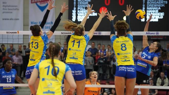 Bei den Frauen geht Allianz MTV Stuttgart (blau) als Titelverteidiger in die neue Saison