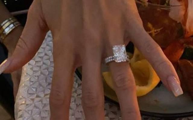 Britanny Matthews zeigt den Ring, den sie von Patrick Mahomes bekommen hat