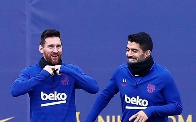 Lionel Messi (l.) ist gar nicht glücklich über den Abgang von Luis Suárez beim FC Barcelona.